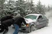Автомобиль застрял на зимней дороге